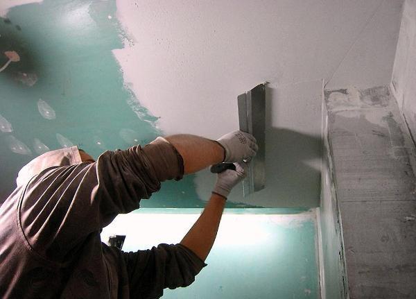 Шпаклевка поверхности потолка