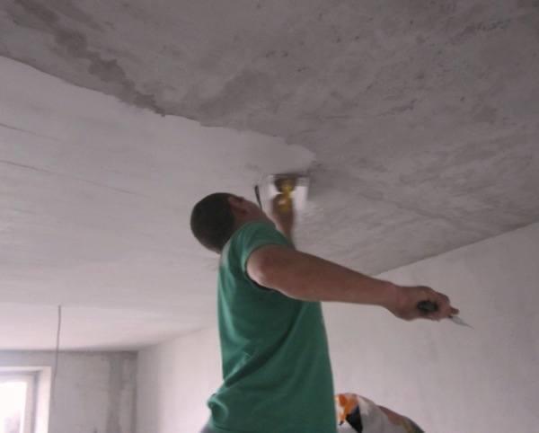 Шпаклевка потолка во время ремонта